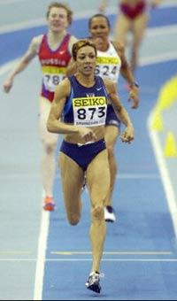 Regina Jacobs ahead of Kelly Holmes during the 1500m world final